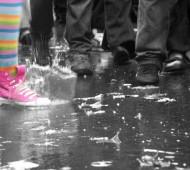 bonheur éclabousse la foule sous la pluie